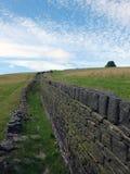 Alte Bruchsteinsteinwand im Yorkshire macht fest Lizenzfreies Stockbild