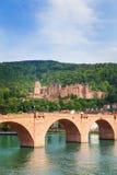 Alte Brucke桥梁和海得尔堡城堡视图 库存图片