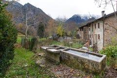 Alte Brunnen in einem Dorf der italienischen Alpen Stockfotos