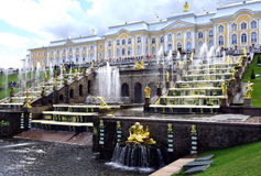 Alte Brunnen in Peterhof Stockfoto