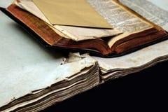 Alte Bucheinband-Weinlesebeschaffenheit lokalisierte verbindlichen Papierbuchstaben Yid des schwarzen Manuskriptes des Hintergrun Stockbilder