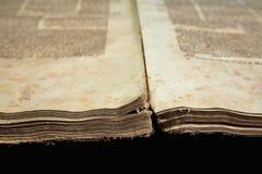 Alte Bucheinband-Weinlesebeschaffenheit lokalisierte verbindlichen Papierbuchstaben Yid des schwarzen Manuskriptes des Hintergrun Lizenzfreie Stockbilder