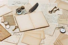 Alte Buchstaben, antikes Zubehör und Bürowerkzeuge Lizenzfreies Stockfoto