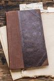 Alte Buchstaben des gebundenen Buches und der Weinlese Stockfotos