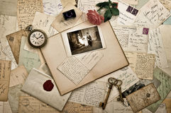 Alte Buchstaben, Fotografien und Postkarten Universalschablone für Grußkarte, Webseite, Hintergrund Stockfoto