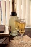 Alte Buchstaben, Postkarten und Champagner. Stockbilder