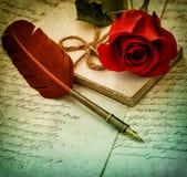 Alte Buchstaben, rosafarbene Blume und Antike versehen Stift mit Federn Abbildung der roten Lilie Stockfotos