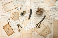 Alte Buchstaben und antiker Büroartikel Stockbild