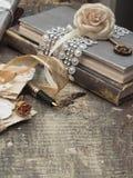 Alte Buchstaben und Bücher Stockbilder