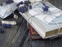 Alte Buchstaben und Bücher Stockfotos
