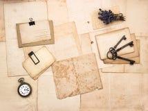 Alte Buchstaben und Fotos, Weinlesezubehör Stockbilder