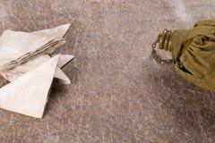 Alte Buchstaben und Militärflasche auf einem Hintergrund des zerknitterten Papiers Lizenzfreie Stockfotografie
