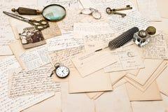 Alte Buchstaben und Postkarten und Foto einer Familie Stockbilder
