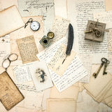 Alte Buchstaben und zusätzliches antikes Foto der Postkartenweinlese Stockbilder