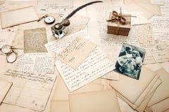 Alte Buchstaben, Weinlesepostkarten und Retro- Bild von Paaren Stockfoto