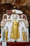 Alte Buddha-Statue innerhalb der heiligen Kaw-Gewehr-Höhle in Kayin-Zustand, Lizenzfreies Stockfoto