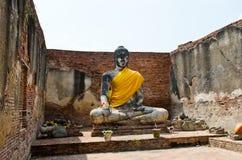Alte Buddha-Statue und alte Wand mit weißem Himmel Stockbild