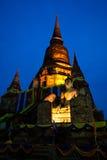 Alte Buddha-Statue und Pagode in der Dämmerung Stockfotos