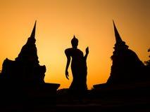 Alte Buddha-Statue und Pagoden bei Sonnenuntergang, Sukhothai, Thailand Stockfotos