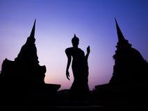 Alte Buddha-Statue und -pagoden in der Dämmerung, Sukhothai-Provinz, Thailand Stockfoto