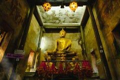 Alte Buddha-Statuen in der alten Kirche, bedeckt mit Bäumen wurzelt mit Lichteffekt Stockbild