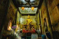Alte Buddha-Statuen in der alten Kirche, bedeckt mit Bäumen wurzelt mit Lichteffekt Lizenzfreies Stockbild