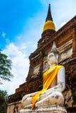 Alte Buddha-Statuen gegen blauen Himmel in Ayutthaya, Thailand Stockfotos