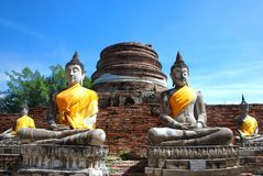 Alte Buddha-Statuen und ruinierte Pagode bei Wat Yai Chai Mongko Stockbild