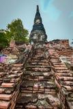 Alte buddhistische Statue auf altem Pagodenhintergrund Lizenzfreies Stockbild
