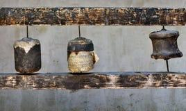 Alte buddhistische tibetanische Gebetstrommeln: drei alte Zylinder, bedeckt mit dem Leder, zerrissen in Stücke und in Fragmente v Lizenzfreies Stockbild