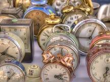 Alte bunte antike Alarmuhren. Stockbilder