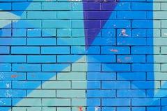 Alte bunte blaue Farbe mit Sprüngen auf Backsteinmauer Lizenzfreie Stockfotografie