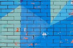 Alte bunte blaue Farbe mit Sprüngen auf Backsteinmauer Lizenzfreies Stockfoto