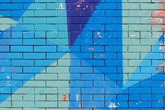Alte bunte blaue Farbe mit Sprüngen auf Backsteinmauer Lizenzfreies Stockbild
