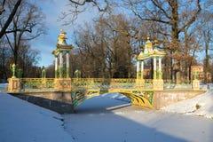 Alte bunte chinesische Brücke in Aleksandrovsky-Park von Tsarskoye Selo am bewölkten November-Nachmittag St Petersburg, Russland Lizenzfreie Stockfotografie