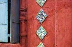 Alte bunte Endstücke auf der Wand der roten Backsteine der Offenbarungskirche Lizenzfreie Stockfotos