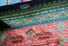 Alte bunte Endstücke auf der Wand der roten Backsteine der Offenbarungskirche Stockbilder