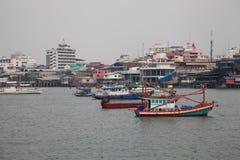 Alte bunte Fischerboote in einer Bucht in Thailand an einem bewölkten Tag Lizenzfreie Stockfotografie
