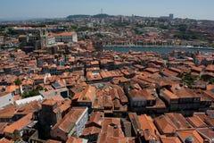 Alte bunte Häuser mit den Dächern bedeckt mit roter Fliese Lissabon, Stockfotos