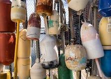 Alte bunte Ozeanbojen für kommerzielle Fischerei Stockfoto