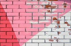 Alte bunte rosa, purpurrote und weiße Farbe mit Sprüngen auf Backsteinmauer Stockbilder