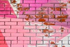 Alte bunte rosa, purpurrote und weiße Farbe mit Sprüngen auf Backsteinmauer Stockfotos