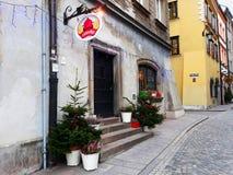 Alte bunte Stadtwohnungen in der alten Stadt verziert für Weihnachten Stockfotos