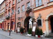 Alte bunte Stadtwohnungen in der alten Stadt verziert für Weihnachten Lizenzfreies Stockfoto
