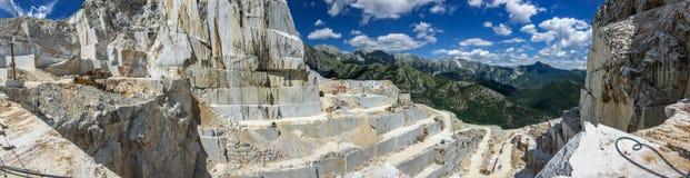 Alte cave di marmo di pietra e del montagna nel Apennines in Toscana Apra l'estrazione mineraria di marmo fotografia stock libera da diritti
