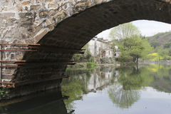 Alte chinesische überdachte Brücke und Landschaft Lizenzfreie Stockfotografie
