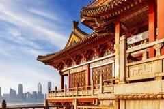 Alte chinesische Architektur unter dem blauen Himmel lizenzfreie stockbilder