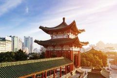 Alte chinesische Architektur unter dem blauen Himmel stockfoto