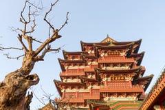 Alte chinesische Architektur unter dem Weiß des blauen Himmels bewölkt sich stockfoto