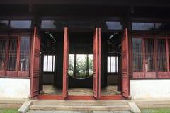 Alte chinesische klassische Tür und Architektur am liuyuan Garten am Herbst Stockfotografie